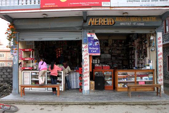 ネパールを歩く3 ポカラの街並み_e0048413_22273030.jpg