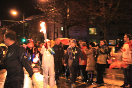 オリンピック聖火ランナーが近所を通過♪_d0129786_6262386.jpg
