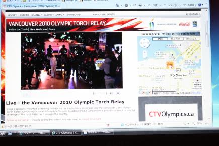 オリンピック聖火ランナーが近所を通過♪_d0129786_7111683.jpg