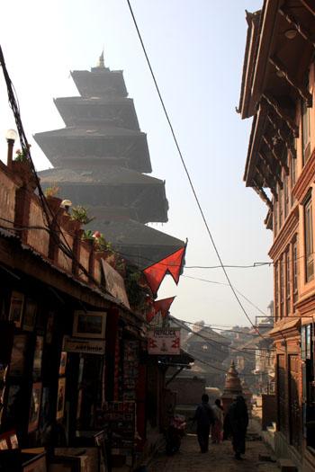 ネパールを歩く 7 バクタブル トウマディー広場_e0048413_2142201.jpg