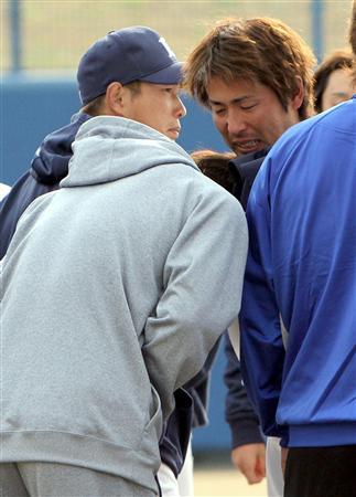 赤田将吾(右)とオリックスの阿部真宏のトレードが決定し、号泣する西武・涌... ライオンズニュー
