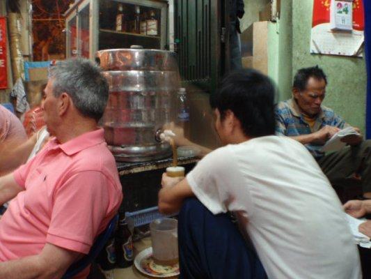 ハノイ名物&えっ?ミャンマーより安い生ビール! 世界一?_e0182138_2322247.jpg