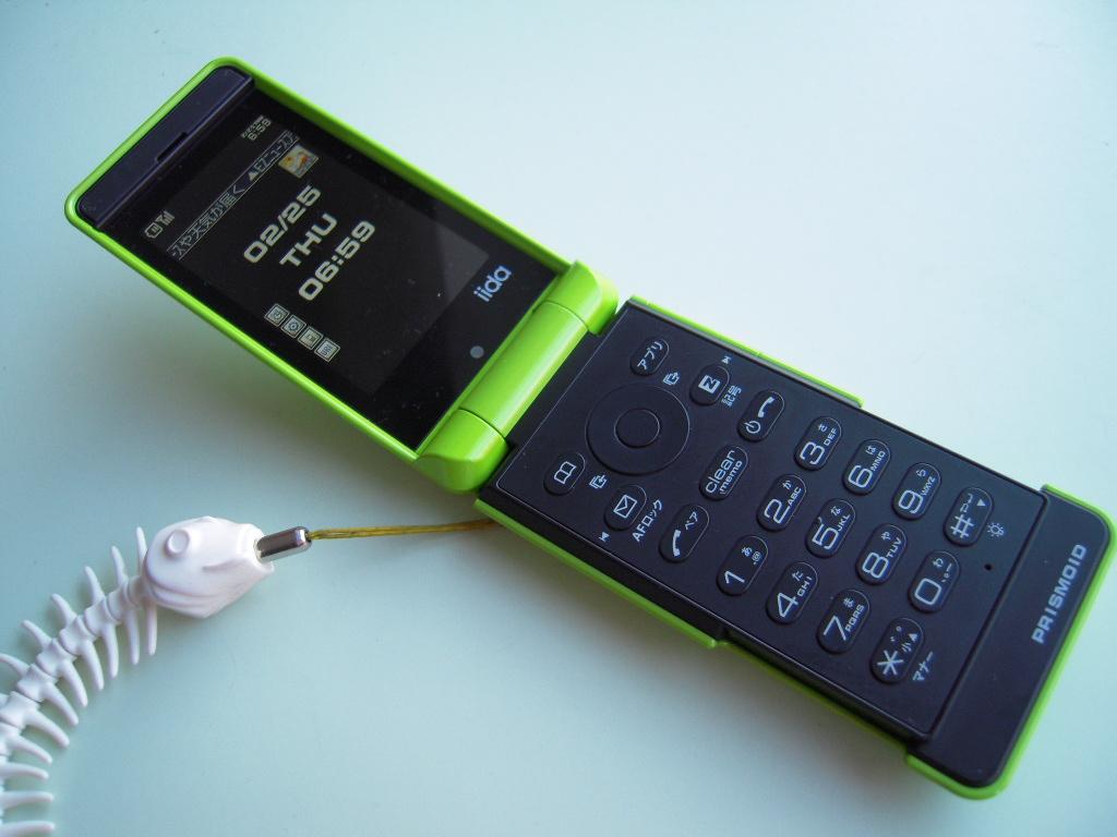 iida PRISMOID (au 携帯電話端末機)_e0146210_1785972.jpg