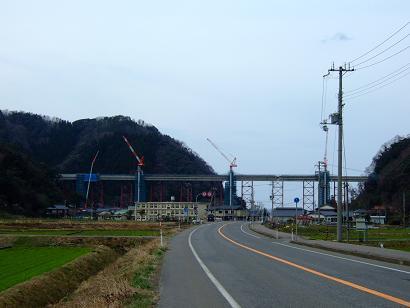 /// 余部鉄橋はほぼ繋がりました。2010年開通を目指して工事は進んでいます ///_f0112434_17505550.jpg