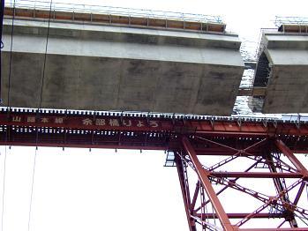/// 余部鉄橋はほぼ繋がりました。2010年開通を目指して工事は進んでいます ///_f0112434_17525355.jpg