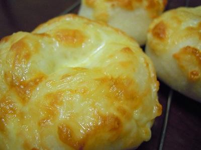 レーズン酵母でチーズパン!ココアシュガーうず巻きパン!_a0165538_9494574.jpg