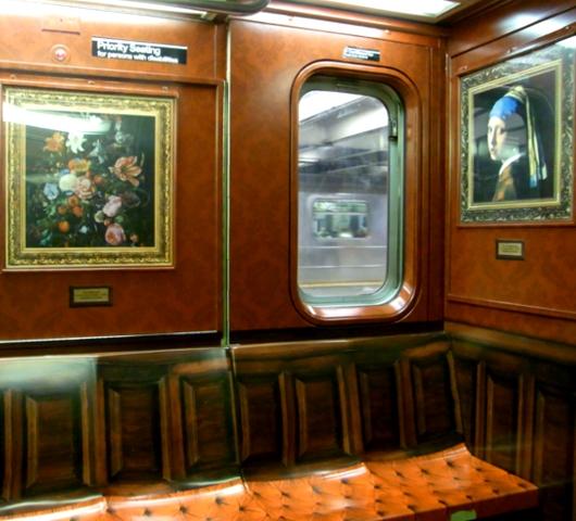 地下鉄車内に入ったら、そこは美術館?_b0007805_22353993.jpg