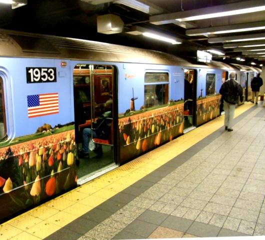 地下鉄車内に入ったら、そこは美術館?_b0007805_2235580.jpg