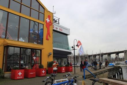 グランビルアイランド、オリンピックイベントのスイス館へ。_d0129786_1823056.jpg