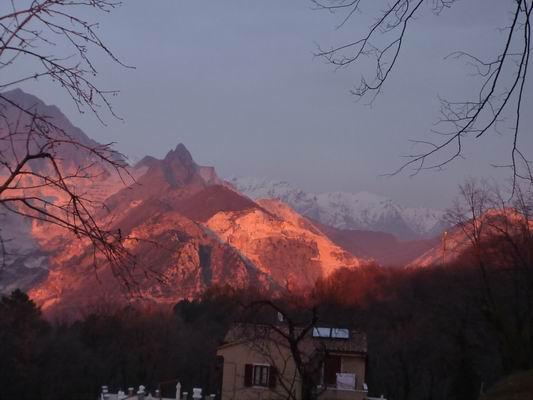 カッラーラで見た山の夕陽_c0089988_17362533.jpg