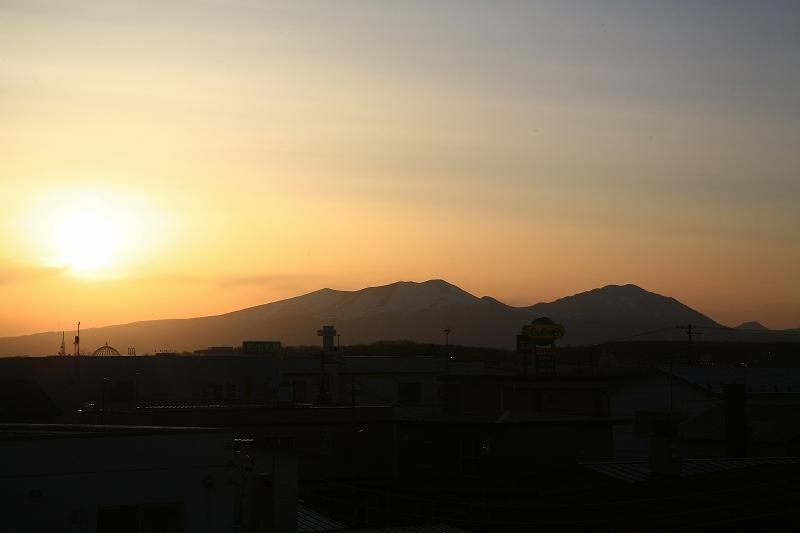 反対側の窓から見た夕景 _a0160581_9234936.jpg