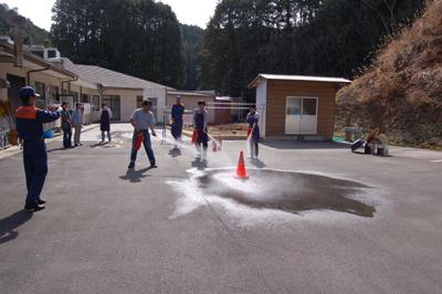 炊き出し訓練と消防総合訓練を行いました。_a0154110_15485186.jpg
