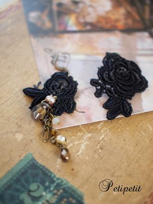 ■ブラック薔薇モチーフレース&クリスタルピアス■商品NO、39_c0224659_1434281.jpg
