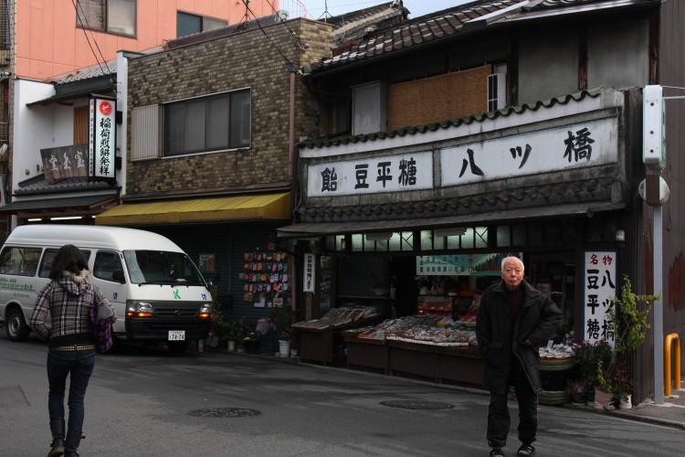 京都  京阪電車・伏見稲荷駅前_b0061717_18343590.jpg