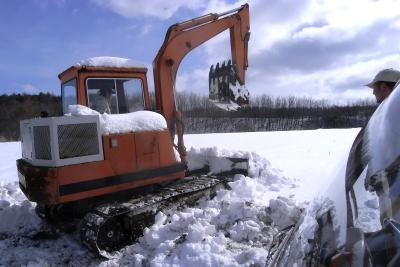 今度は重機で雪かき_c0110869_22174345.jpg