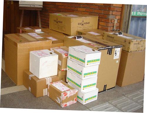 小さい箱は通販分、大きいのはポップアップ・ショップ用。_a0077842_2562895.jpg