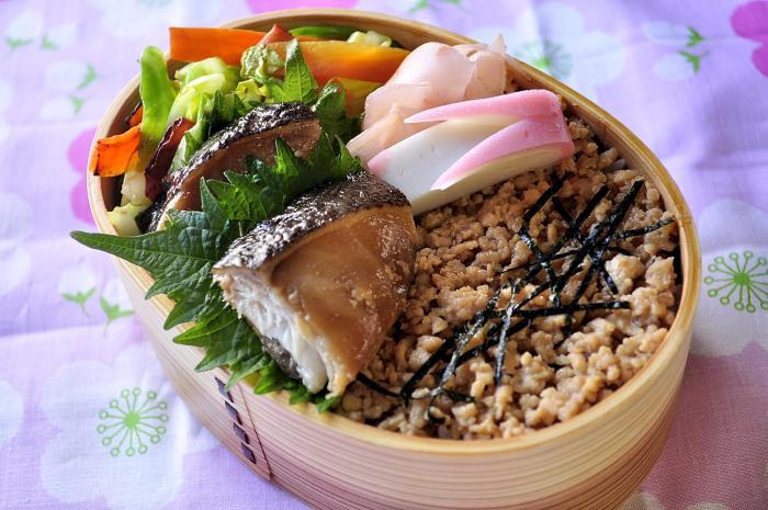 鶏そぼろと煮魚のお弁当_b0171098_7585071.jpg
