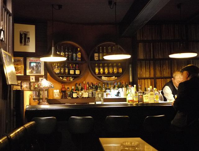 むかし、神戸元町駅近くにあった「ジャズ喫茶・とんぼ」に似ている…ここはや... 山中現展・せんだ