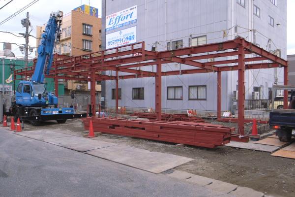 医院の新築工事・・・建物の鉄骨を組み立て中です_e0025661_8394437.jpg