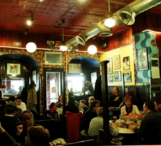 ブリーカー・ストリート沿いにある老舗のピザ屋さん、John\'s Pizzeria_b0007805_1384773.jpg