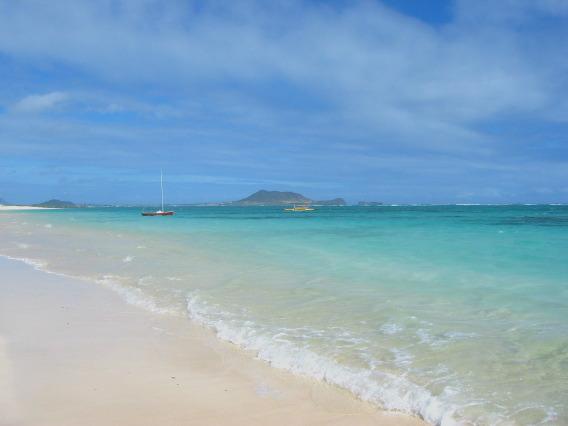 ハワイ語で「ラニ」は「天国」。「カイ」は「海」。「天国の海」は、ワイキキ... ラニカイビーチ。