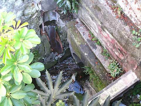 六本木、麻布十番、元麻布の川跡(2)旧麻布宮村町の湧水の流れ_c0163001_0284768.jpg