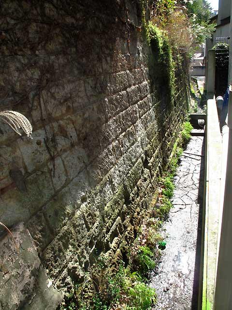 六本木、麻布十番、元麻布の川跡(2)旧麻布宮村町の湧水の流れ_c0163001_0302354.jpg