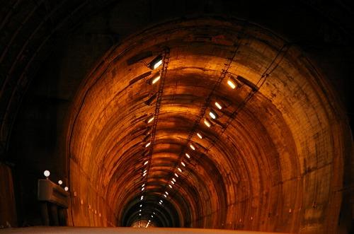 先の見えぬトンネル・・・_d0141049_0382822.jpg
