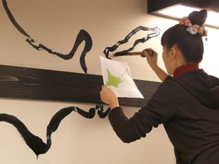 お店の壁に筆で書く の巻 _c0053520_17292714.jpg