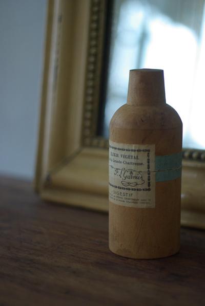 木の入れ物に入った薬品瓶_f0146547_12292457.jpg
