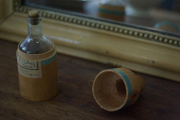 木の入れ物に入った薬品瓶_f0146547_12293880.jpg