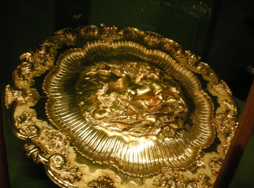 ↓ この銀で出来た洗面器みたいなのは、1695年製造のワイン・シスターン... 金銀のお宝ルーム