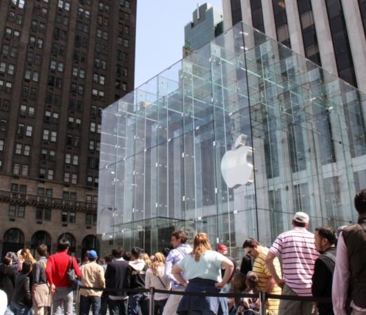 今日はiPad(アイパッド)発売日、アップル・ストア(NY5番街店)前の様子_b0007805_10383797.jpg