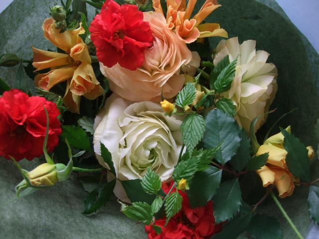 オークリーフ(赤いダイコン草と山吹とラナンキュラスの花束)_f0049672_163887.jpg