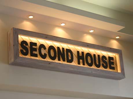セカンドハウスの看板は木製_e0074935_1714193.jpg