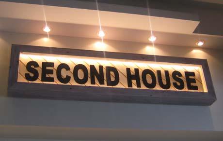 セカンドハウスの看板は木製_e0074935_17143279.jpg