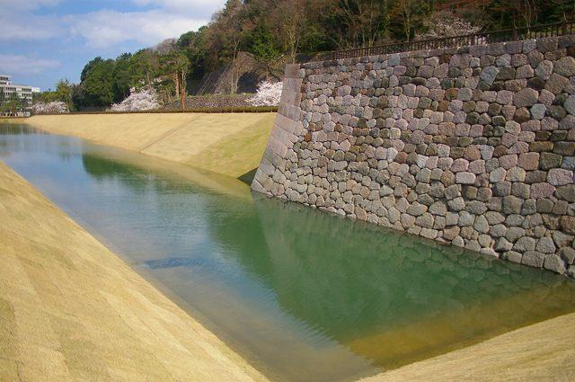 水を湛えたいもり堀(金沢)_d0043136_17554746.jpg