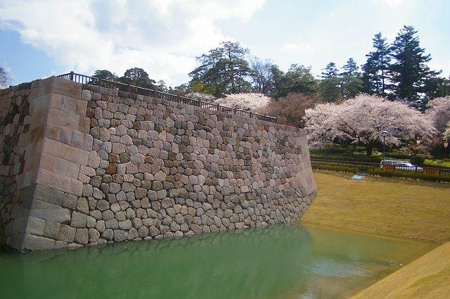 水を湛えたいもり堀(金沢)_d0043136_17584625.jpg