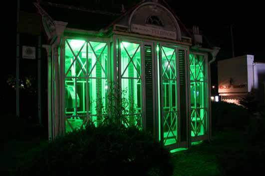 緑に輝く電話ボックス_f0236260_16292330.jpg