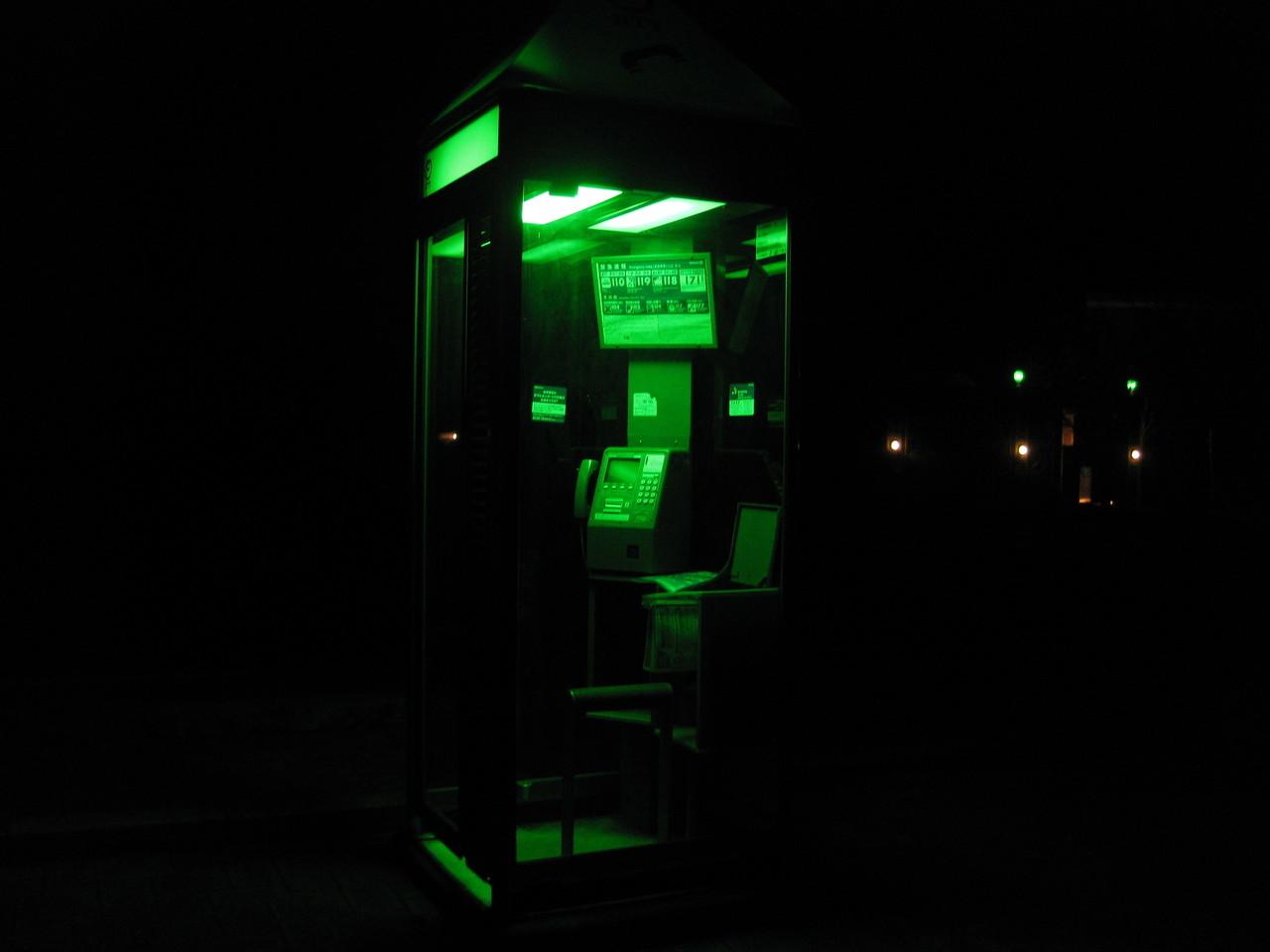 緑に輝く電話ボックス_f0236260_23105369.jpg