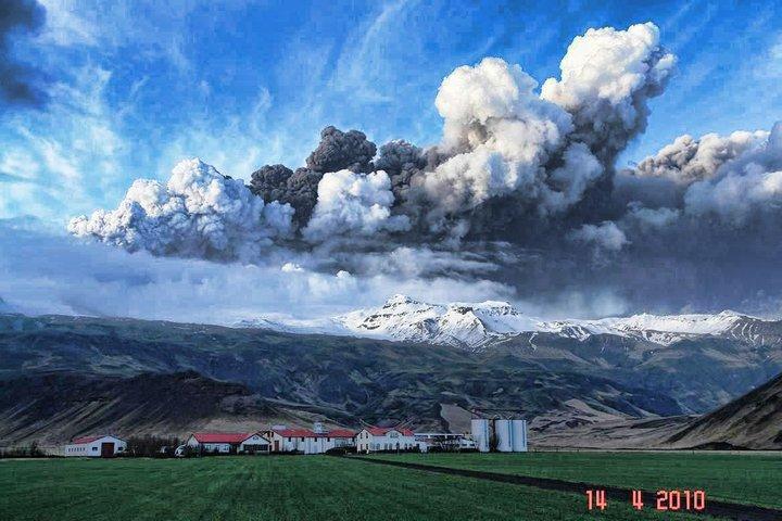 アイスランドの氷河火山噴火(写真)、ヨーロッパ航空便に大きな影響。空港閉鎖も_c0003620_21552770.jpg
