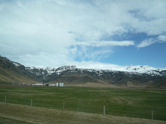 アイスランドの氷河火山噴火(写真)、ヨーロッパ航空便に大きな影響。空港閉鎖も_c0003620_21561756.jpg