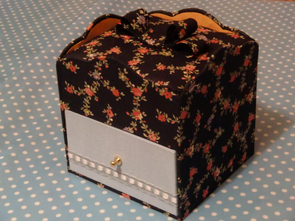 お菓子の箱とビスキュイ・チーズクリームロール_f0214388_2113652.jpg