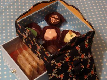 お菓子の箱とビスキュイ・チーズクリームロール_f0214388_2128124.jpg