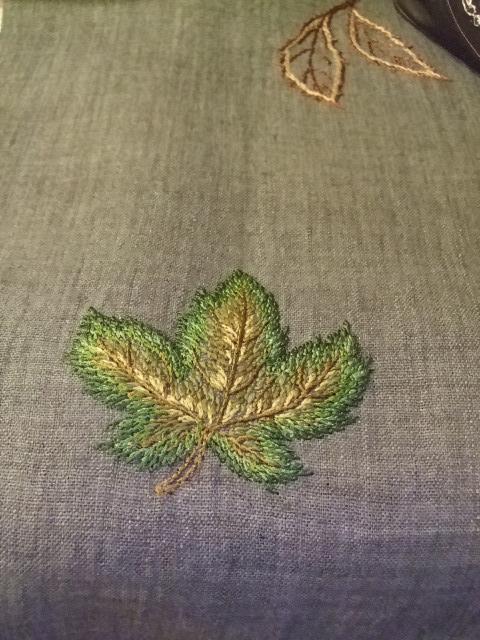 オークリーフ(刺繍展の装飾)_f0049672_17592535.jpg