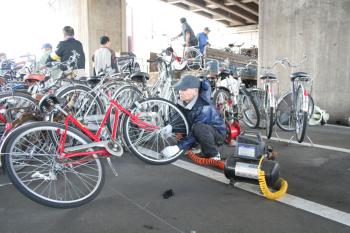 悲しき放置自転車に光、自転車はベトナムでは宝物_c0225121_15594313.jpg