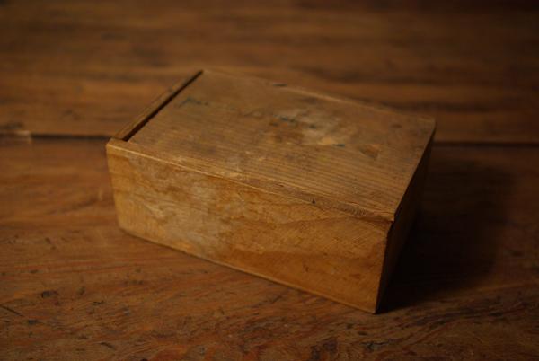 チップ入りの小さな木箱_f0146547_12162046.jpg