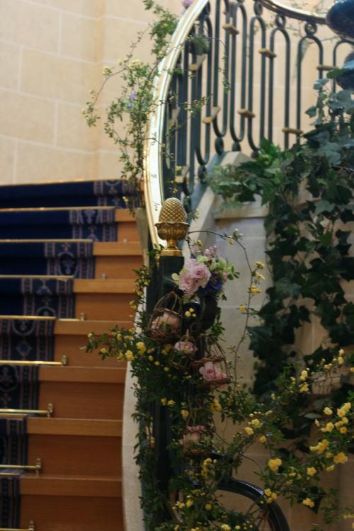 シェ松尾天王洲倶楽部様の装花 階段 モッコウバラとトリカゴ_a0042928_22262355.jpg