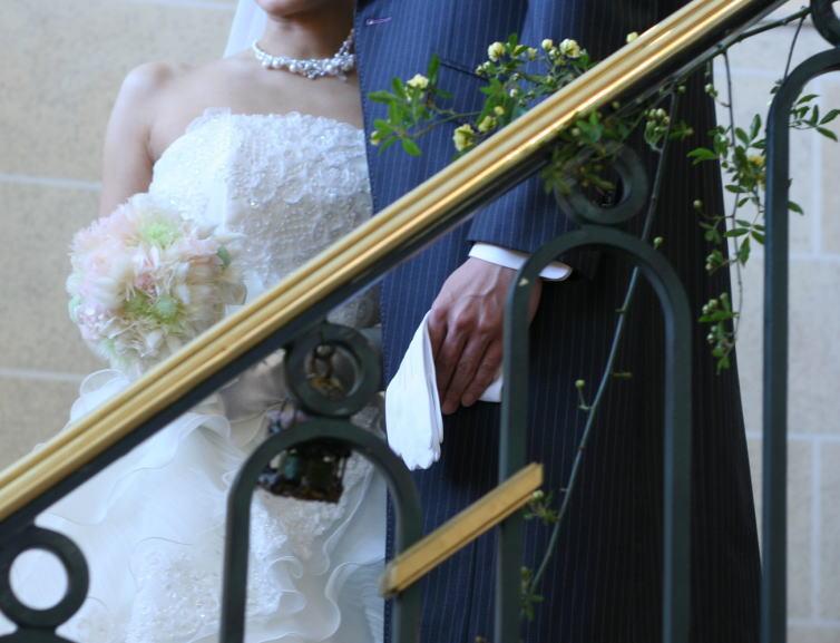 シェ松尾天王洲倶楽部様の装花 階段 モッコウバラとトリカゴ_a0042928_22262961.jpg