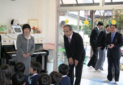 幼稚園を視察する知事